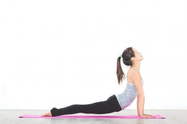 Vuoi rilassare corpo e mente? Ecco le posizioni yoga da eseguire a casa