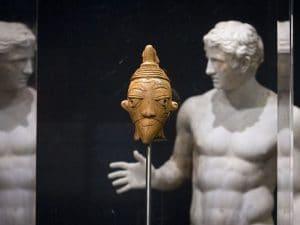 La Francia restituirà le opere d'arte all'Africa: quale storia si nasconde dietro questa decisione?