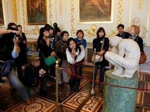 L'Adolescente in un museo (privato) di Roma: l'opera di Michelangelo e i dubbi sulla sua storia