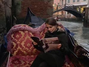 A Venezia c'è una libreria che trasforma la lettura in un vero e proprio viaggio: ovviamente in gondola