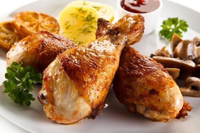 Cosce di pollo al forno: la ricetta del secondo piatto semplice e saporito